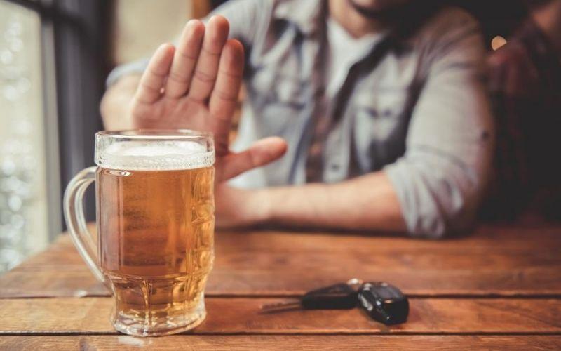 Bệnh nhân thoái hóa khớp nên tránh xa đồ uống có cồn