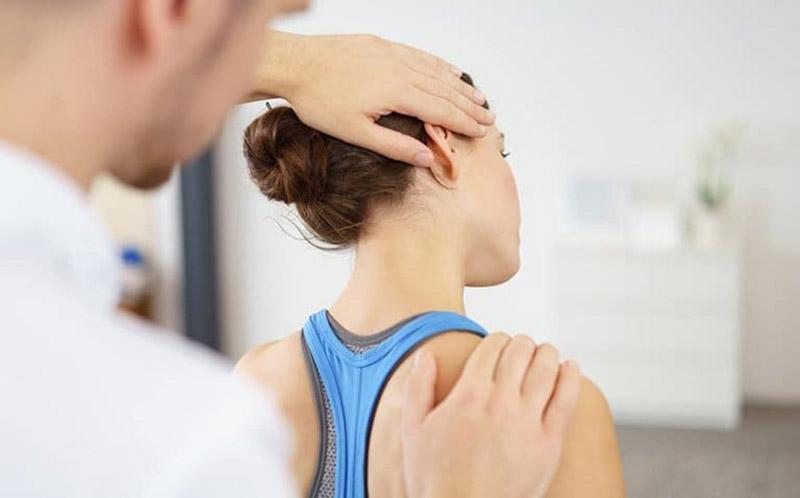 Thăm khám y tế để có phác đồ điều trị thoát vị đĩa đệm cổ hiệu quả