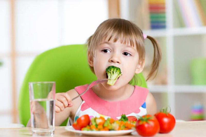 Dinh dưỡng không chỉ giúp trẻ hoàn thiện hệ miễn dịch mà còn hỗ trợ cải thiện triệu chứng ngứa ngáy, viêm da.