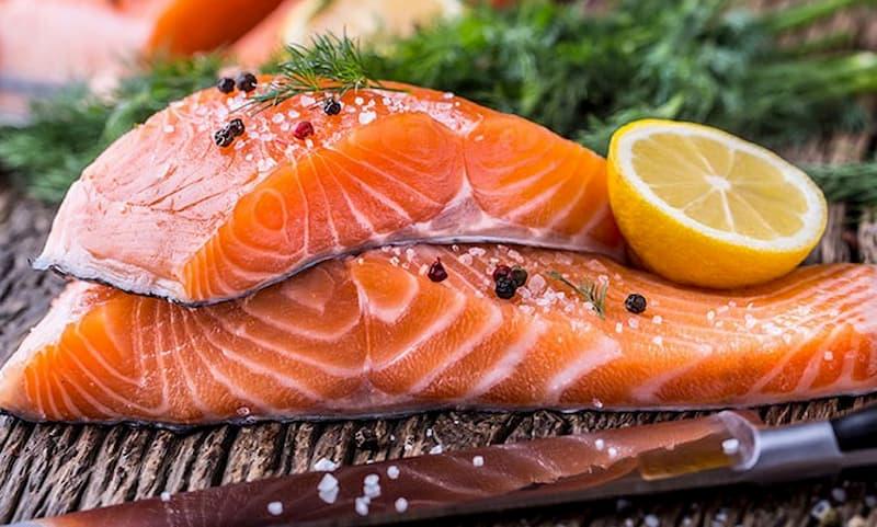 Cá hồi là thực phẩm trẻ em bị đau dạ dày nên ăn