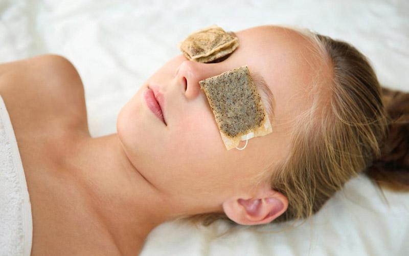 Đắp túi trà lên mắt không chỉ giúp thư giãn mà còn làm dịu cơn ngứa hiệu quả