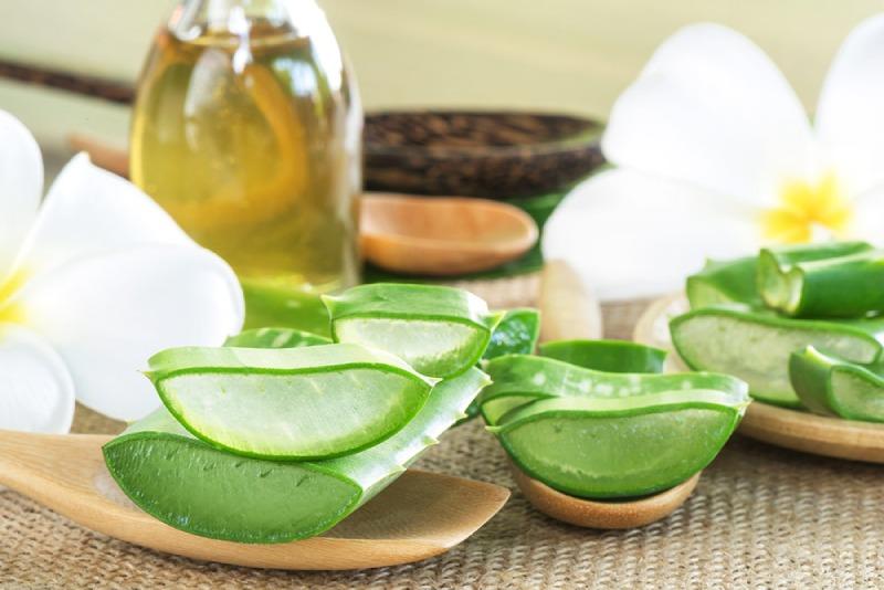 Nha đam kết hợp cùng dầu dừa giúp làm dịu da, dưỡng ẩm, giảm bong tróc