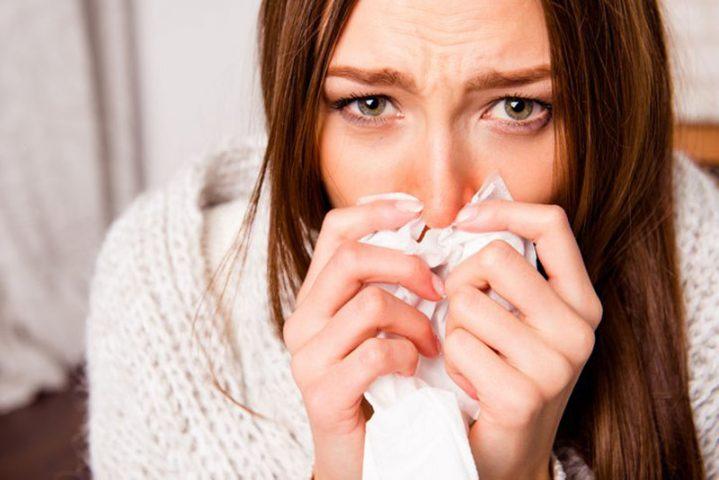 Viêm mũi dị ứng theo mùa có biểu hiện hắt hơi, chảy dịch mũi, ngạt mũi
