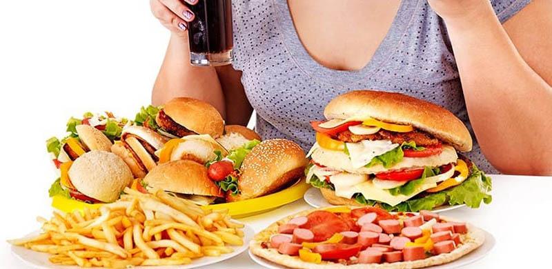 Trong đồ ăn đóng hộp và đồ ăn nhanh chứa nhiều chất bảo quản, dầu mỡ và gia vị không tốt cho sức khỏe