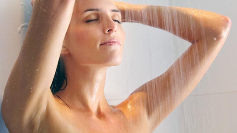 Thường xuyên vệ sinh vùng da nách sạch sẽ để phòng ngừa vi khuẩn gây bệnh phát triển