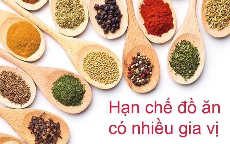 Đồ ăn nhiều gia vị làm tích tụ axit uric trong máu