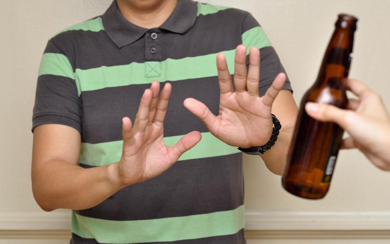 Bệnh nhân viêm khớp dạng thấp nên kiêng hoàn toàn rượu, bia
