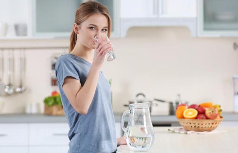 Bệnh nhân viêm đa khớp dạng thấp nên uống đủ 2 lít nước mỗi ngày