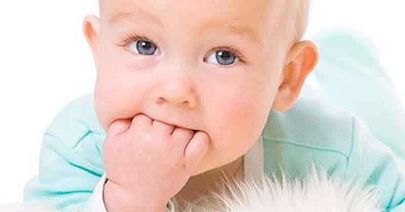 Do thói quen mút tay hay chảy nước dãi ở trẻ sơ sinh và cha mẹ không vệ sinh da cho con đúng cách.