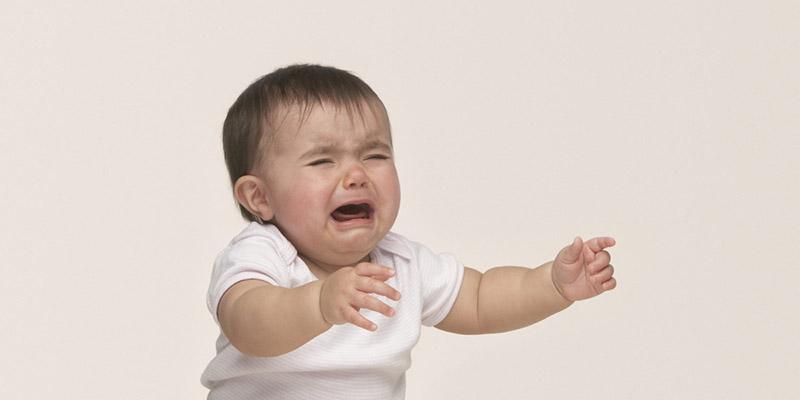 Cảm giác khó chịu, đau rát và ngứa ngáy do viêm da tụ cầu khiến trẻ bỏ ăn, mất ngủ, quấy khóc