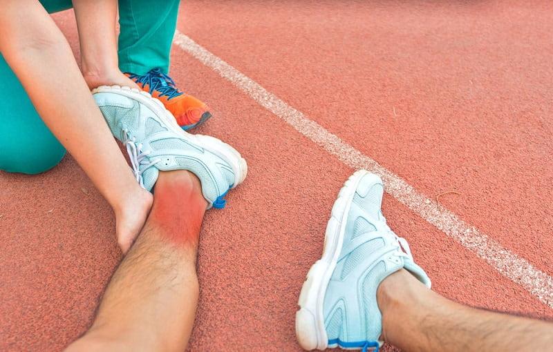 Chấn thương khi tập luyện , chơi thể thao, ... là nguyên nhân gây ra bệnh viêm khớp cổ chân thường gặp