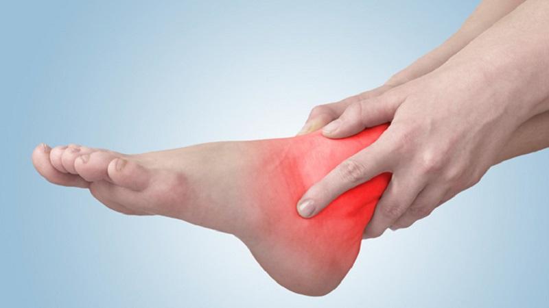 Khi bị viêm khớp cổ chân, người bệnh sẽ có triệu chứng cứng khớp sau khi ngủ dậy