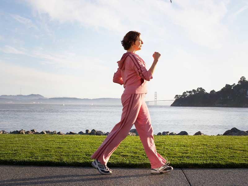 Viêm khớp gối có nên đi bộ không là băn khoăn của nhiều người