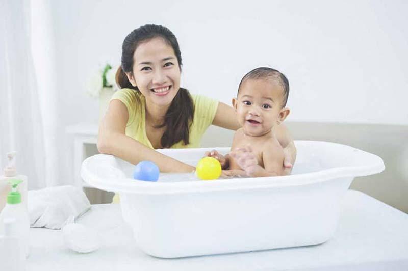 Chườm nóng, tắm bằng nước ấm là biện pháp cải thiện hữu hiệu