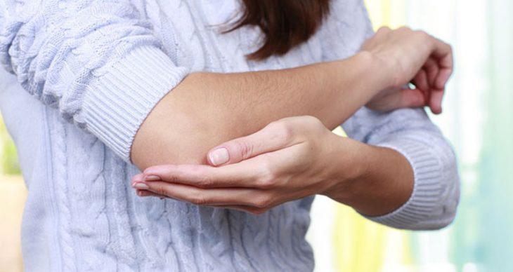 Bệnh viêm khớp khuỷu tay tiềm ẩn nhiều nguy cơ liên quan đến khả năng cử động của đôi tay