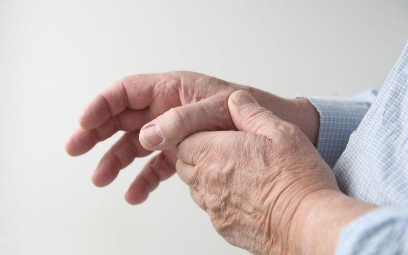 Người già có nguy cơ mắc bệnh viêm khớp tay cao hơn
