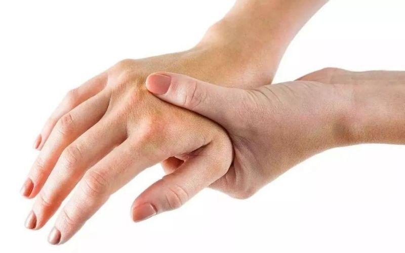 Viêm khớp tay có thể xảy ra với bất kỳ ai ở bất kỳ độ tuổi nào
