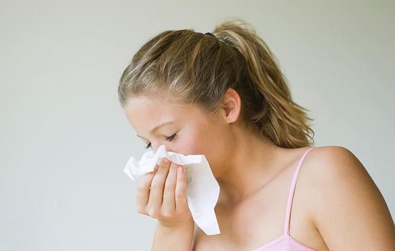 Bệnh có thể làm trầm trọng viêm phế quản, hen suyễn, viêm kết mạc dị ứng