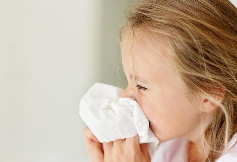 Viêm mũi xuất tiết ở trẻ em thường xuất hiện vào màu đông hoặc giai đoạn chuyển mùa