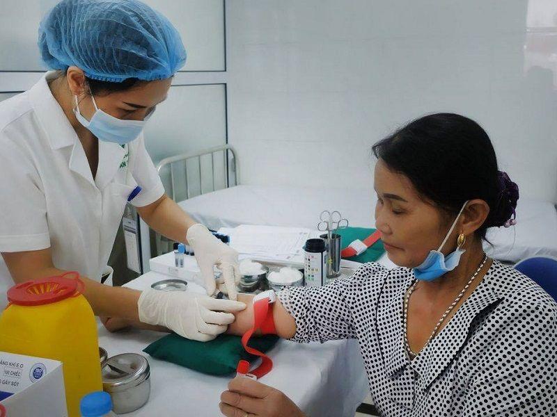 Bệnh nhân có thể được chỉ định xét nghiệm máu trước khi điều trị bằng Liệu trình viêm họng Quân Dân