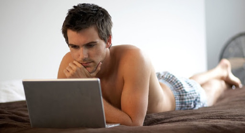 Nam giới xuất tinh hoặc thủ dâm quá nhiều cũng có thể gây ra tình trạng này