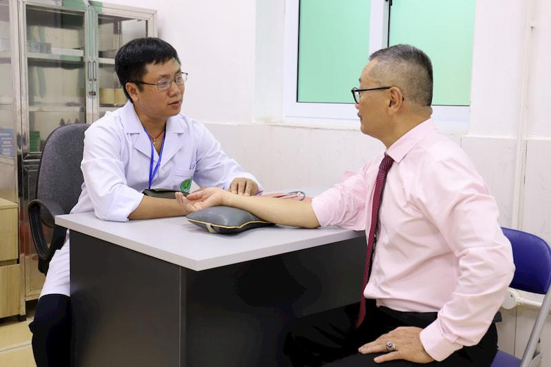 Bác sĩ Phùng Hải Đăng (bác sĩ chuyên khoa xương khớp tại bệnh viện) thăm khám cho Nghệ sĩ Ưu tú Trần Đức
