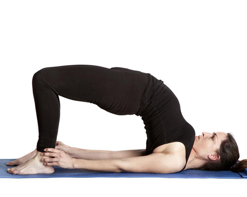 Bệnh nhân nên tập luyện bài tập thể dục thoái hoá đốt sống cổ tư thế cây cầu mỗi ngày