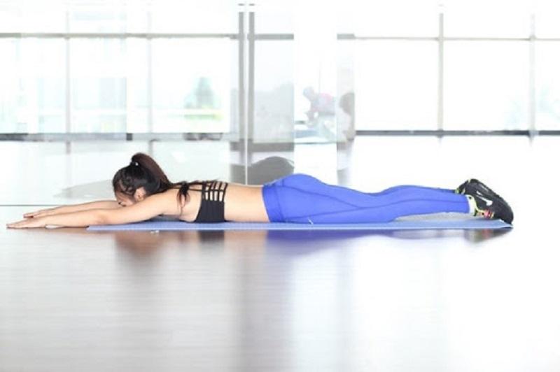 Bài tập nằm sấp giúp thức tỉnh các chức năng của xương sống