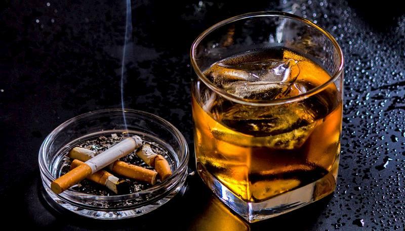 Khi điều trị thoái hóa cột sống lưng, người bệnh tuyệt đối không nên sử dụng thuốc lá, rượu bia hay các chất kích thích khác