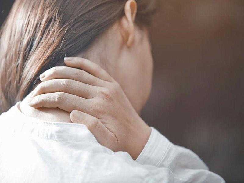 Huyệt hậu khê chủ trị đau cứng cổ, tê mỏi vai gáy, vận động khó khăn