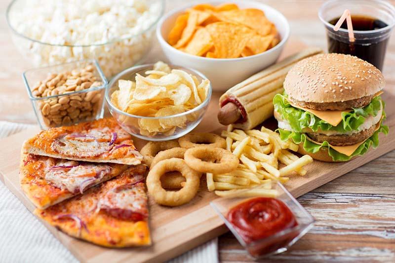 Bệnh nhân sỏi bàng quang nên tránh xa thức ăn nhanh và thực phẩm nhiều dầu mỡ