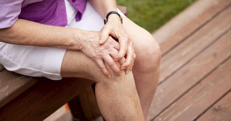 Thoái hóa khớp gối giai đoạn 3 khiến người bệnh cảm thấy đau nhức sau khi đi bộ