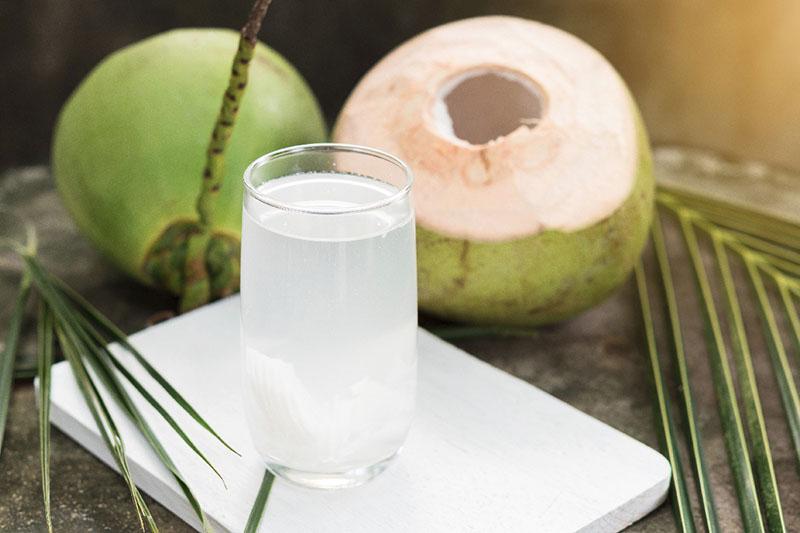 Uống nước dừa là một trong những cách trị tiểu buốt tại nhà nhanh nhất
