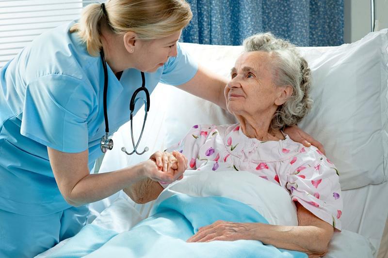 Sau mổ, người bệnh cần có sự giúp đỡ của người thân khi di chuyển, vận động