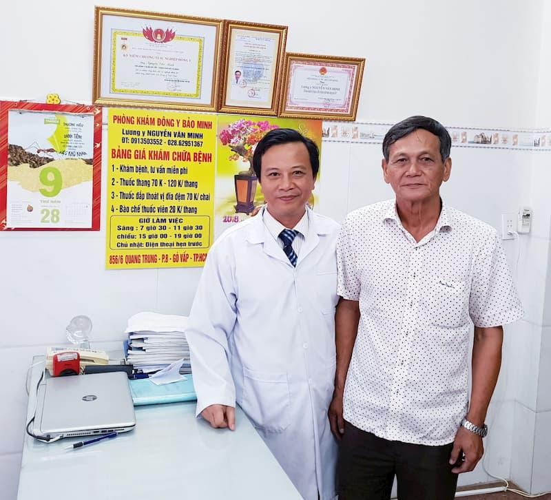 Lương y Nguyễn Văn Minh (bên trái)