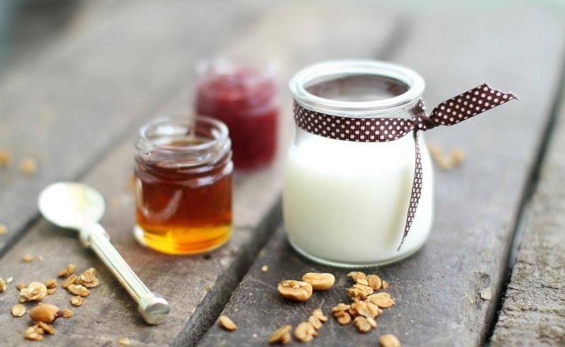 Măn nạ mật ong và sữa chua không đường làm da căng bóng, trắng sáng và mịn màng hơ