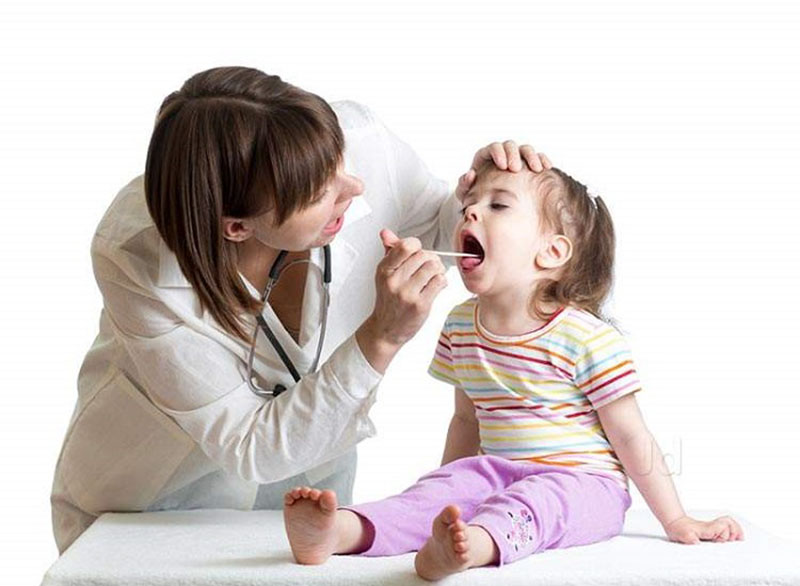 Đưa trẻ đến các cơ sở y tế để được bác sĩ thăm khám và kiểm tra