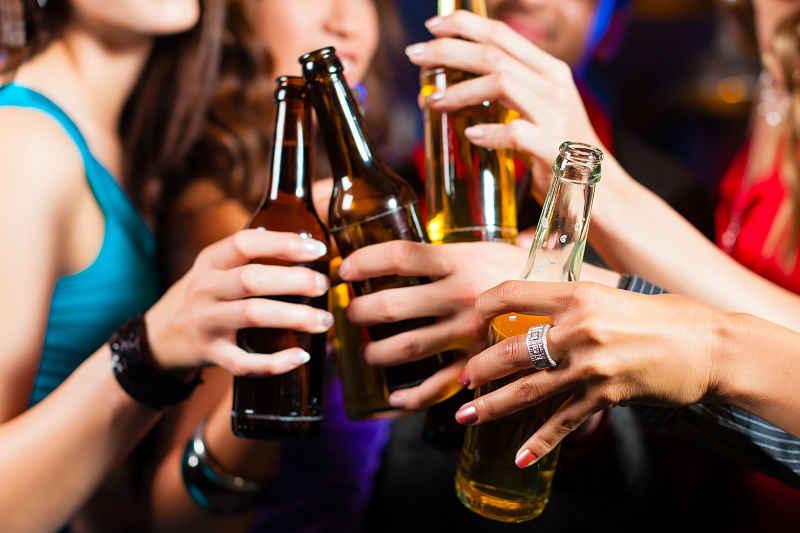 Người bị trĩ nên hạn chế uống các loại đồ uống có cồn