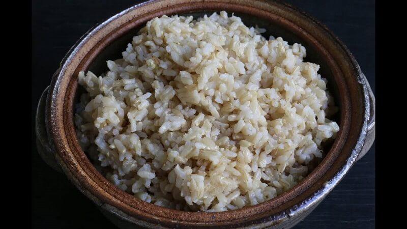 Cơm gạo lứt trắng có thể sử dụng như bữa ăn phụ