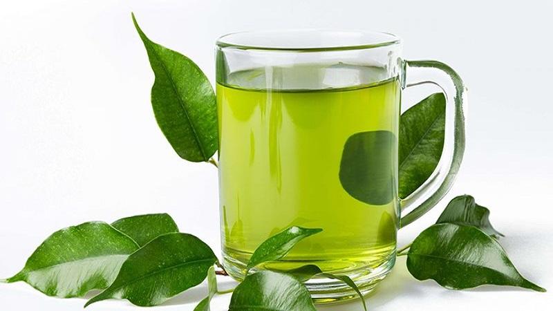 Bạn nên dùng nước lá chè xanh để ngâm rửa vùng kín
