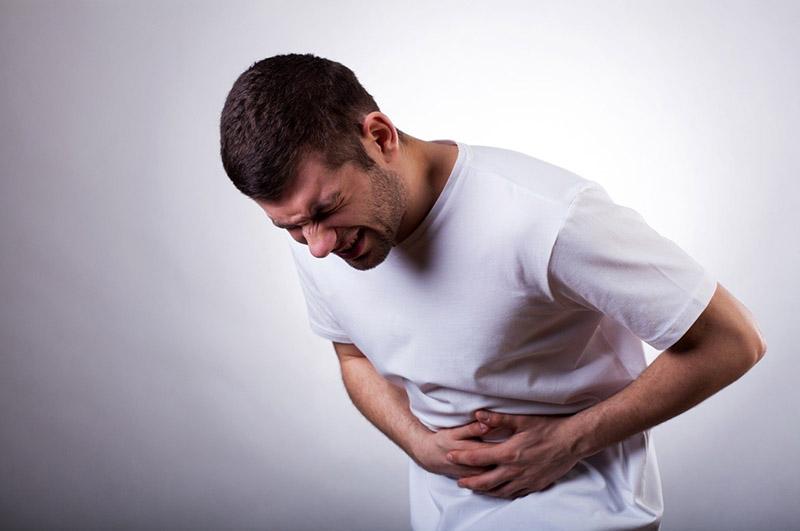 Người bị bệnh có triệu chứng đau bụng