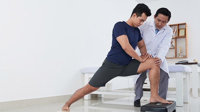 Tập vật lý trị liệu theo hướng dẫn của nhân viên y tế