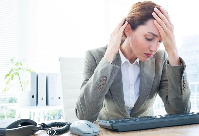 Nhân viên văn phòng là đối tượng dễ mắc bệnh do ngồi máy tính lâu ngày