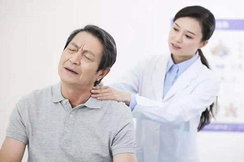 Thăm khám chuyên khoa để có nhận định chính xác về mức độ bệnh xương khớp