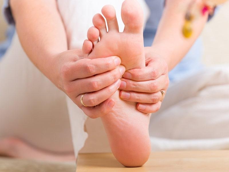 Thoát vị đĩa đệm gây tê chân khiến người bệnh cảm thấy khó chịu