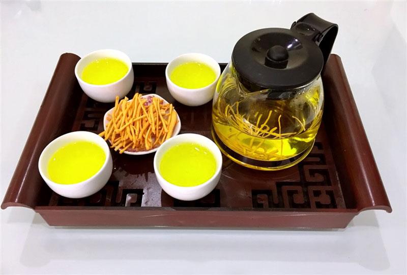 Nước trà màu vàng óng, mùi thơm nhẹ là đạt yêu cầu