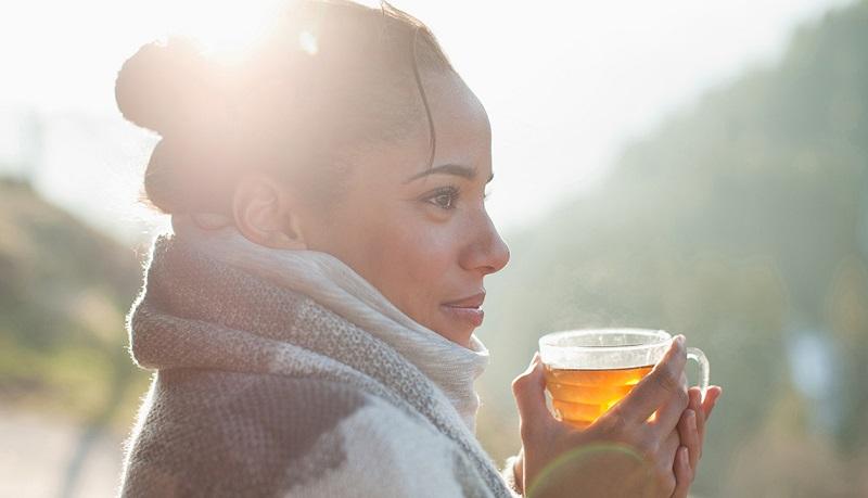 Uống trà thảo mộc là một trong những bí quyết làm đẹp của phụ nữ