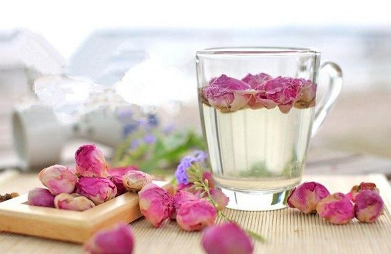 Pha trà từ hoa hồng khô rất đơn giản