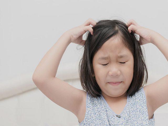 Trẻ bị ngứa da đầu do đâu