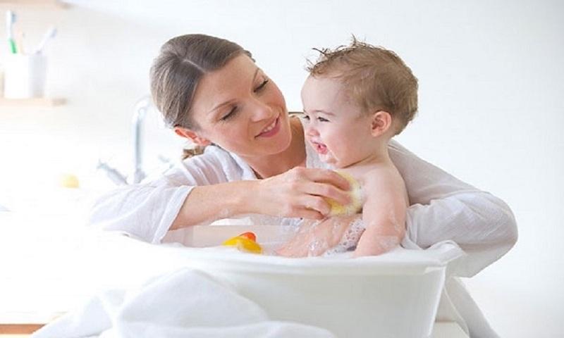 Vệ sinh vùng kín sạch sẽ giúp bé cải thiện viêm nhiễm